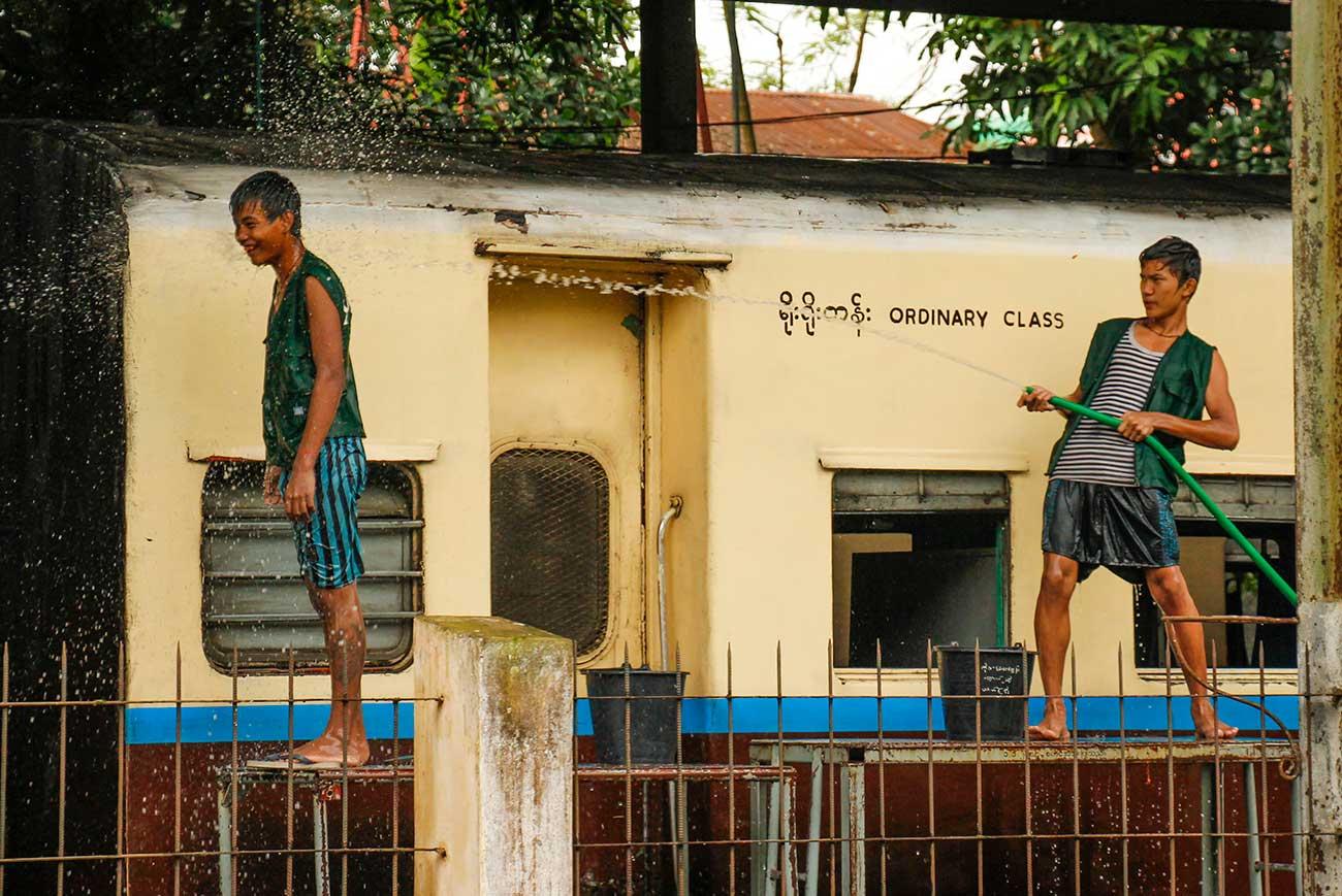 drenge vasker tog i yangon