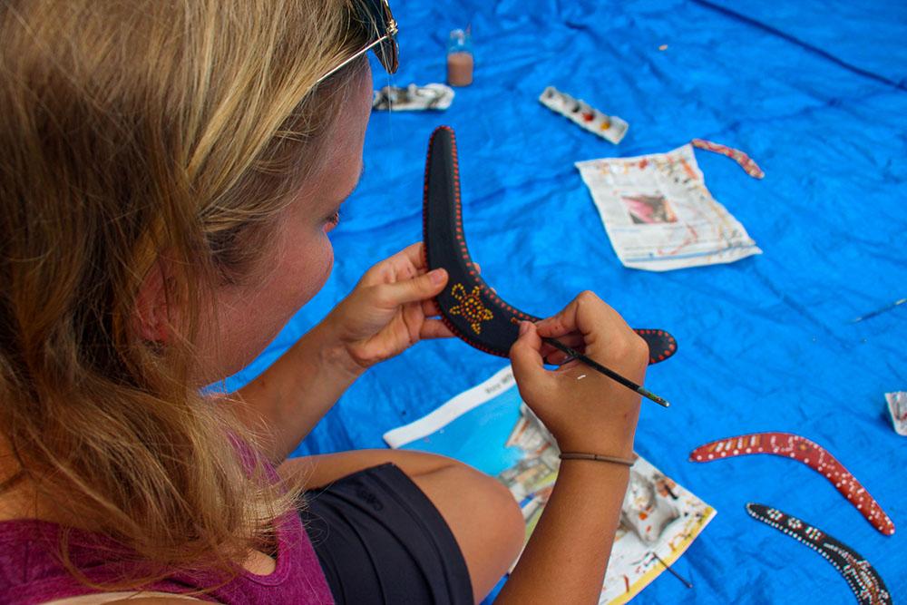 Her lærer jeg hvor lang tid det egentlig tager, at male på en traditionel aboriginal måde - med prikker!