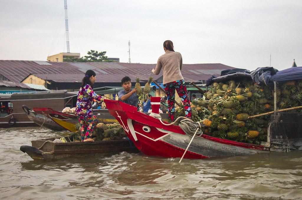 sælgere på flydende marked i vietnam