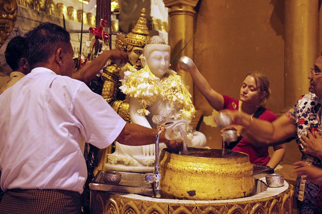 hellige ritualer ved Shwedagon Pagoden i Yangon
