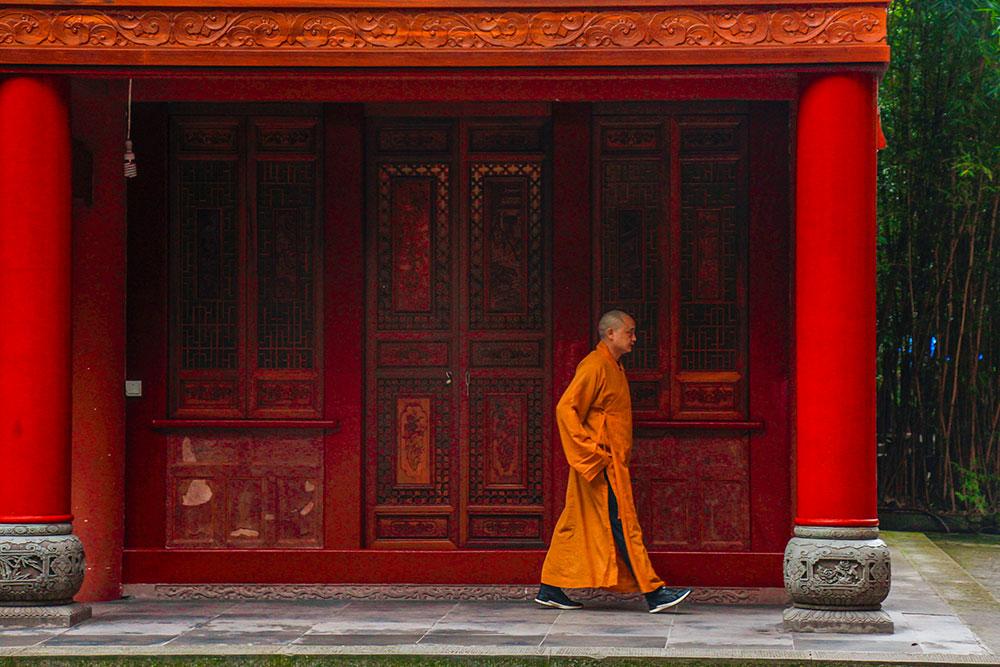 munk ved Leshan Buddhaen, Kina