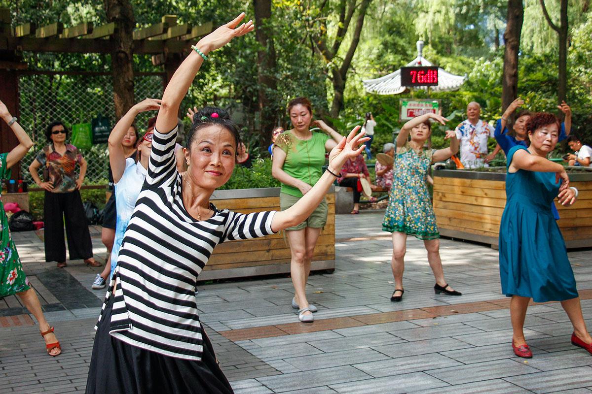 kinesere danser i en park