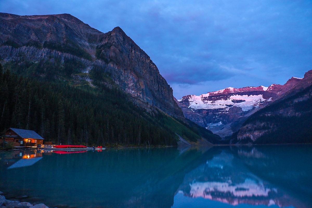 solopgang ved Lake Louise i Banff National Park, Alberta, Canada